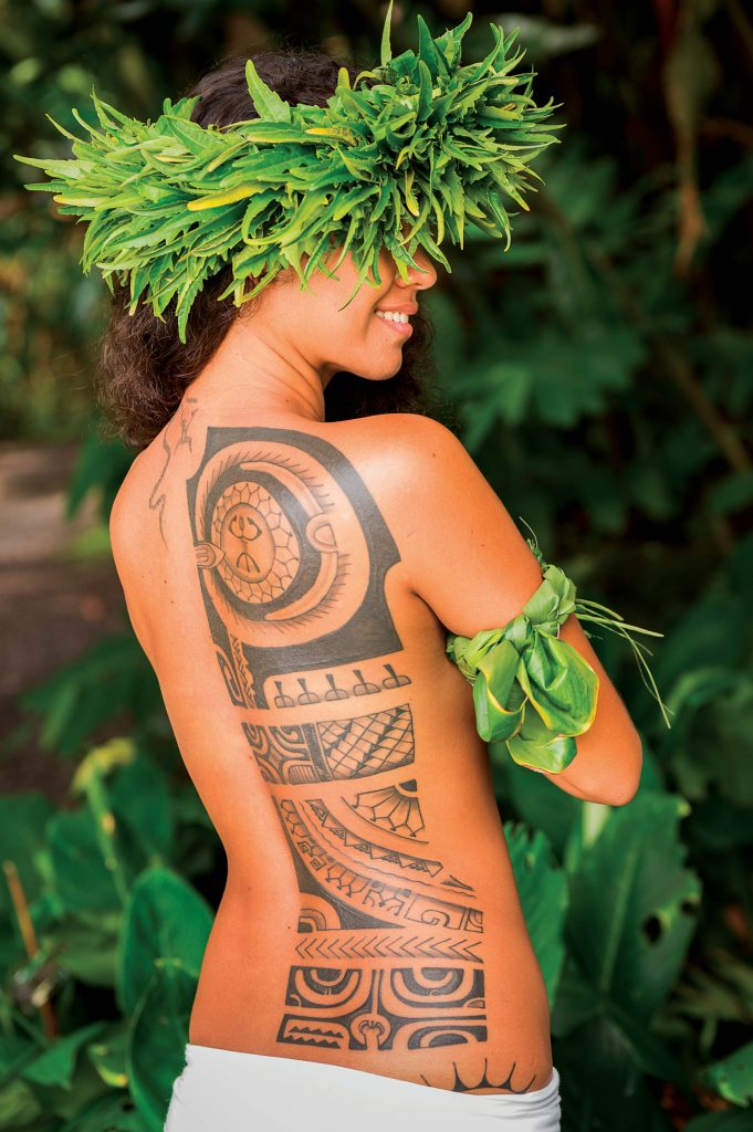 Tatouage femme tahitienne